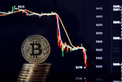 بلومبرگ : تحلیل ها نشان از سقوط قیمت بیت کوین دارد